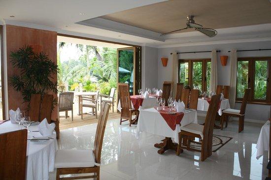 Crown Beach Hotel : La salle de restaurant donnant sur la piscine