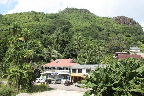 Crown Beach Hotel : Vue sur la montagne