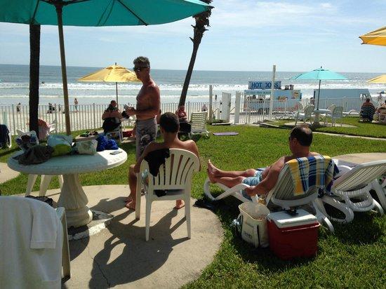 Perry's Ocean Edge Resort: Grassy area in front of resort
