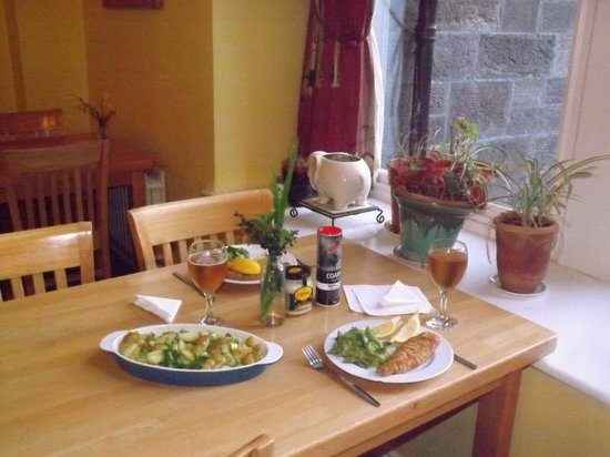 Killarney International Youth Hostel: Fish, chips and beer looking out on the lawn
