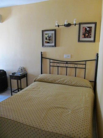 Hostal Almanzor: room 8