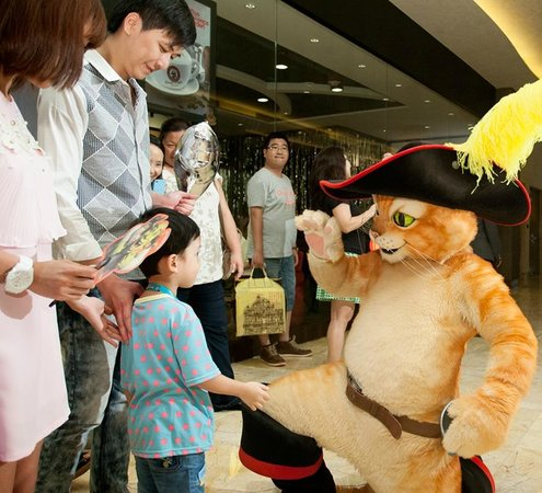DreamWorks Experience at Cotai Strip Resorts: Meet Puss in Boots and all the DreamWorks Gang at the Daily Parade at 15:00