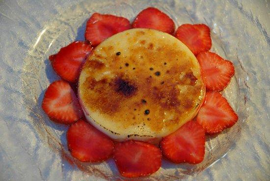 Can Nasi: Crema catalana con fresas