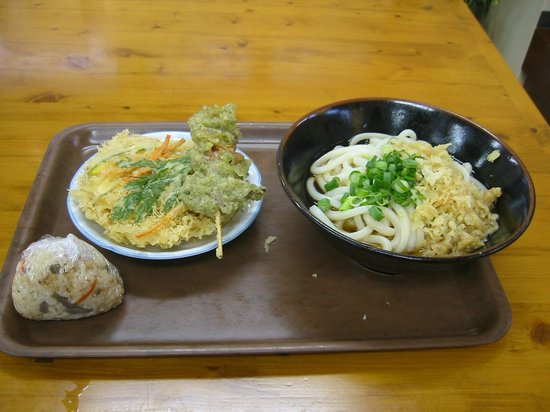 Ueharayahonten : ぶっかけ・天ぷら・おにぎり しめて700円。