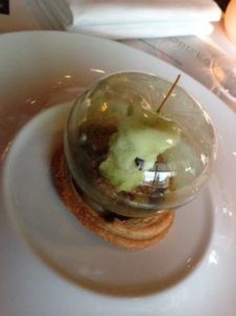 De L'Europe Amsterdam: apple-dessert in the Hotel's awardwinning restaurant. The apple is icecream.