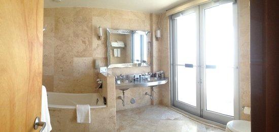The Raleigh Miami Beach: Bathroom