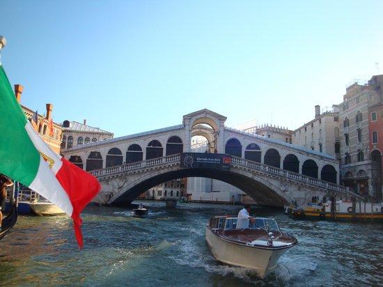 Rialtobrücke: バポレットからリアルト橋を見る