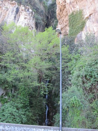 Grand Hotel Capodimonte: The waterfall at the roadside next to the hotel