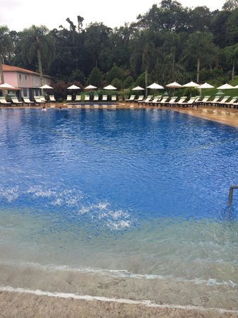Belmond Hotel das Cataratas: Pool with warm water--it had just rained for 10 min so no one out--but chairs are plentiful