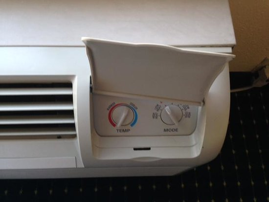 Montgomery Inn & Suites: Heat/AC cover broken