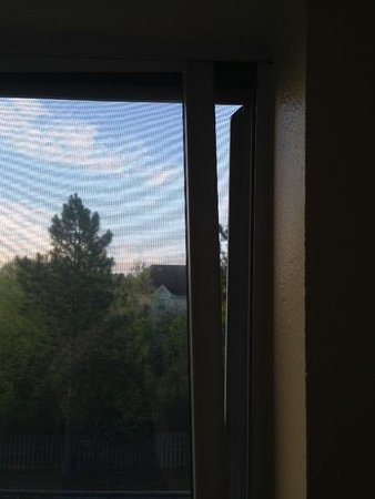 Montgomery Inn & Suites: Attempt to vent the room with a bolted shut window