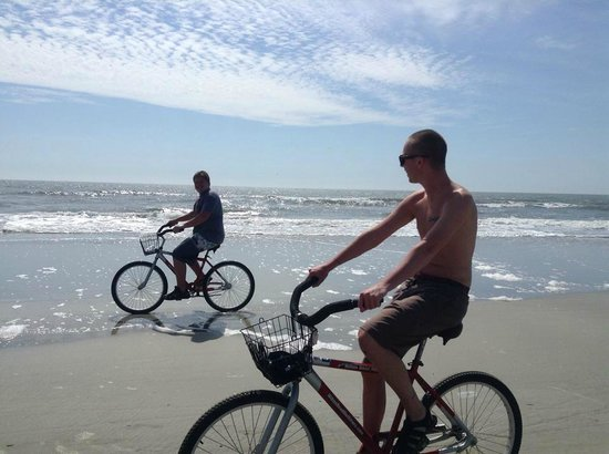 Villamare Villas Resort at Palmetto Dunes : Bike riding in front of the complex