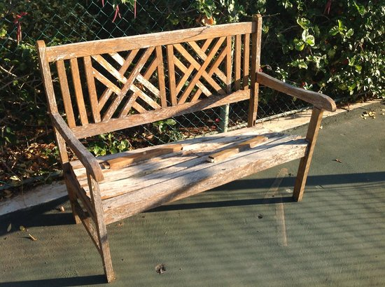 Aphrodite Hills Golf & Spa Resort Residences: worn out bench on worn out tennis court