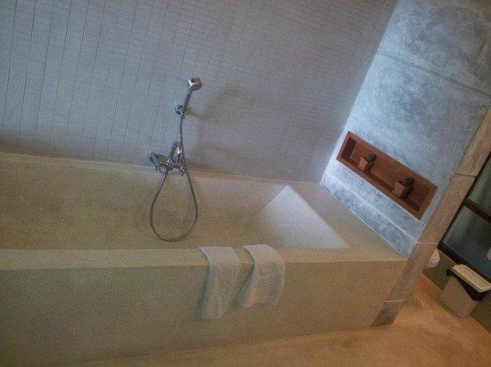 Baan Talay Resort : Bathroom- amazing bath!