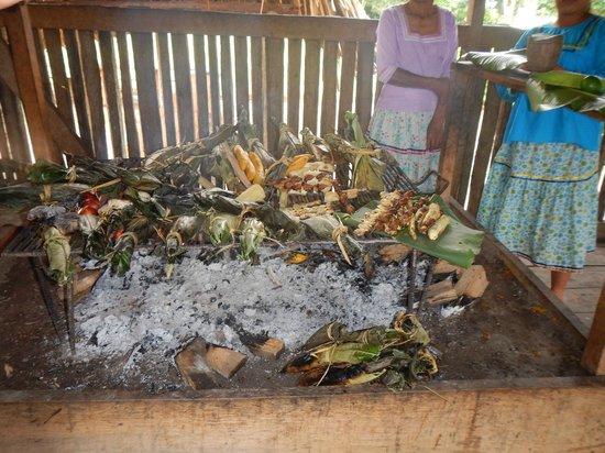 La Selva Amazon Ecolodge: Local fare at the village - yummy grubs!