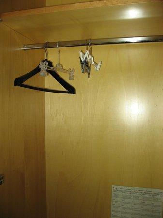 Hotel Giotto : 3 grucce per una stanza matrimoniale.