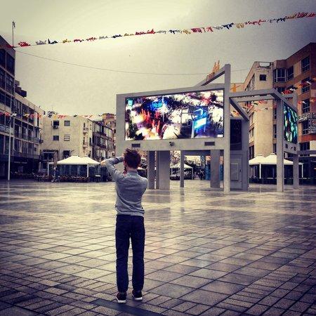 Inter Active Atzmaut Square: Площадь