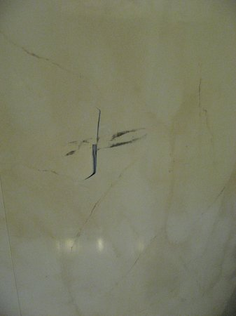 Hotel Giotto : Pareti della stanza simil marmo con buco
