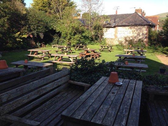 The George Inn: Pretty garden