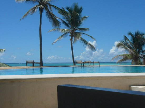 Karafuu Beach Resort and Spa: vue bar piscine principale