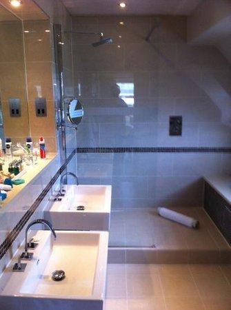Brockencote Hall Hotel: bathroom room 22