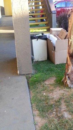 Days Inn San Diego Chula Vista South Bay: trash filled property
