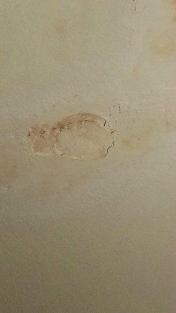 Days Inn San Diego Chula Vista South Bay: water damage on ceiling