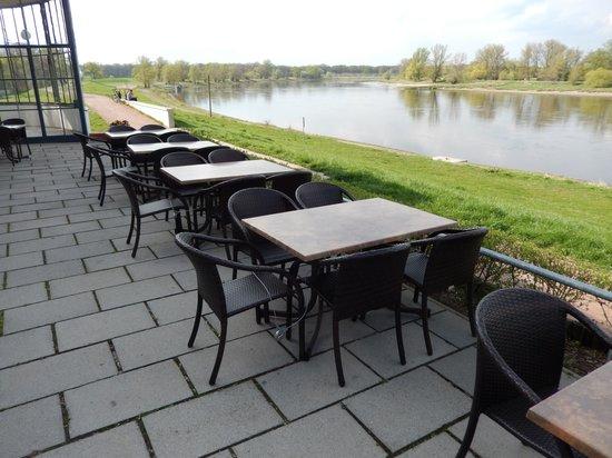 gesperrte Tische und Stühle im Kornhaus Dessau