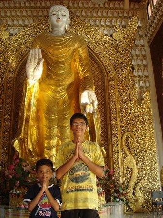 Dharmikarama Burmese Temple: A pic inside