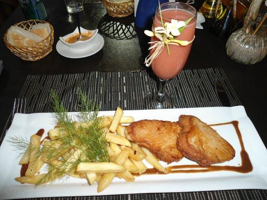 Kuki Varua: Atun con papas fritas acompañado de un guayaba sour