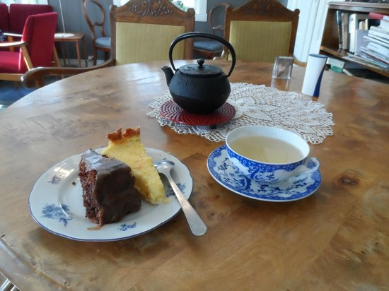 Tante Ingers Tehus: The teapot, cakes and my chosen cup