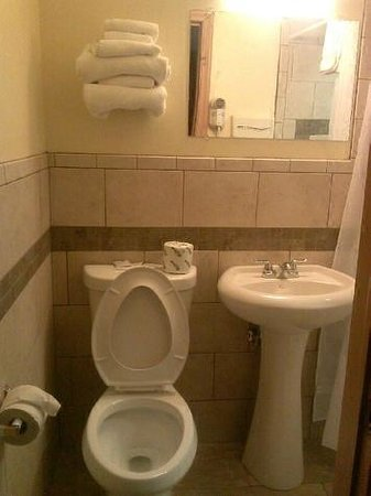 Northwood Inn and Suites : Clean and working bathroom