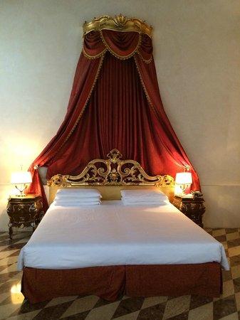 Letto Matrimoniale Low Cost.Letto Matrimoniale Royal Suite Molto Comodo Picture Of Hotel