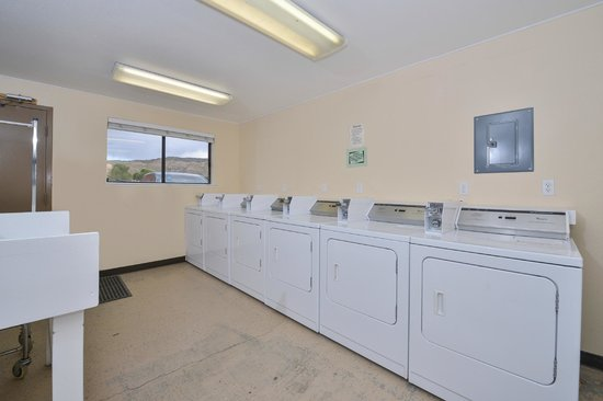 Red Ledges Inn: Laundromat
