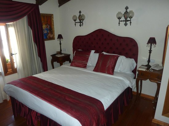 Hotel Abaco Altea: Moulin Rouge room.