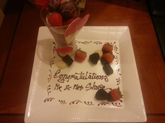 Windsor Plaza Hotel : The gorgeous honeymoon gift of strawberries and chocolates we were kindly given by the hotel :)