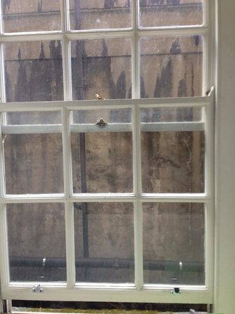 Grosvenor House, A JW Marriott Hotel: Blick vom Bad, auch eine Betonwand!