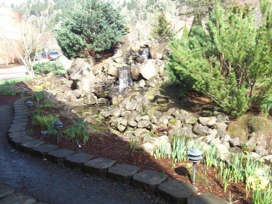 Spirit Mountain Casino Lodge : Fountain/creek at Casino entrance