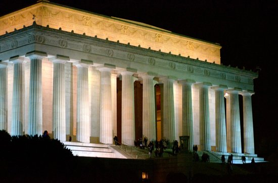 Jefferson Memorial: Glowing memorial at night!