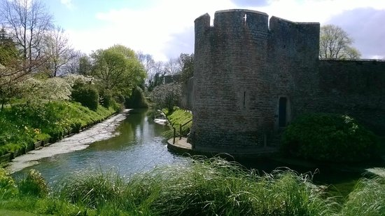 The Bishop's Palace and Gardens: Moat and castle