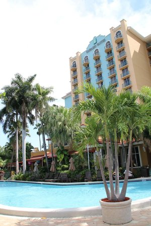 Embassy Suites by Hilton Fort Lauderdale 17th Street : Hotel from poolside