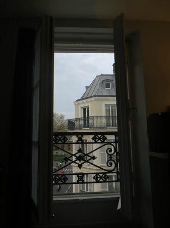 Mercure Paris Notre Dame Saint Germain des Pres : Open window...noisy but beautiful views!