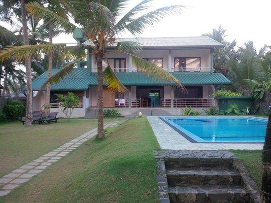 Sea Rock Villa : Blick auf das Hotel vom Strand aus