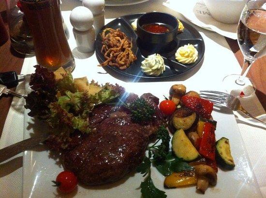 Welcome Hotel Marburg: Rib Eye Steak mit Gemüse