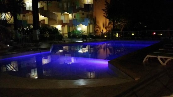 Canella Beach Hotel-Restaurant : piscine la nuit