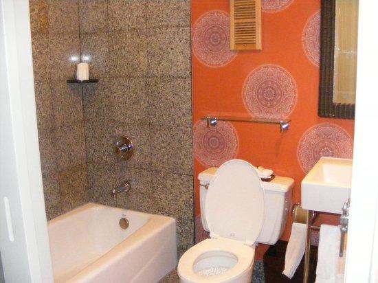 Hotel Maya - a DoubleTree by Hilton Hotel : bathroom