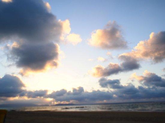 Hoshino Resorts RISONARE Kohamajima : ビーチで朝日を浴びる