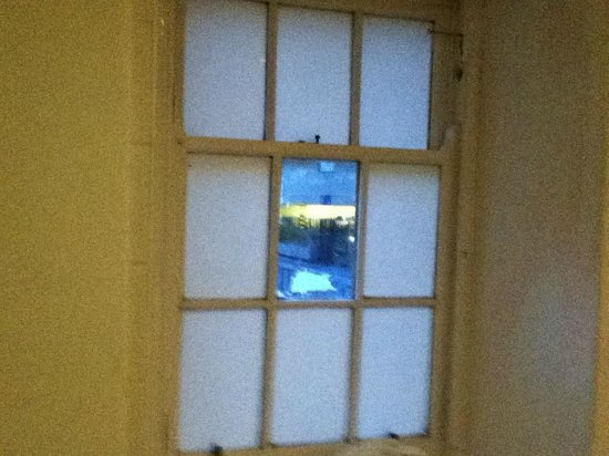Britannia Edinburgh Hotel: bathroom window 1 pane unfrosted - opposite the loo
