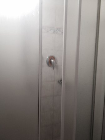 Hotel Messner: Shower screen broken