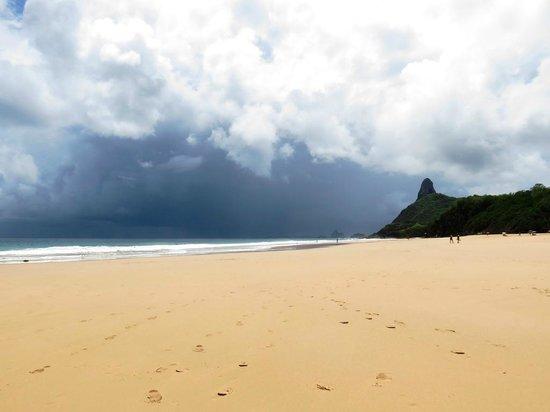 Cacimba do Padre Beach : Praia Cacimba do Padre - olha a chuva!! (e não veio!)